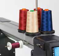 supports de bobines horizontales et verticales permettent de tenir vos couleurs de fils préférés à proximité long arm bernina q24