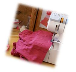 Cours de confection d'un vêtement avec une surjeteuse / recouvreuse