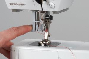 Machine à coudre et à broder BERNINA 580 - Enfileur semi-automatique
