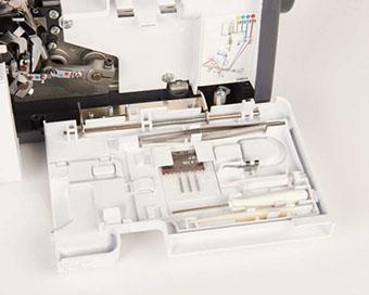 Espace de rangement pour accessoires - Surjeteuse Bernette Funlock b44