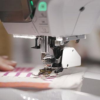 Machine à coudre et à broder Bernina 570 QE - Conservez vos mains sur le tissu
