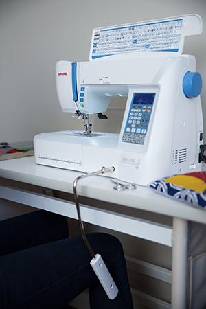 Machine à coudre Janome Skyline S5 - Genouillère ergonomique