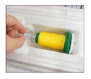 reteneur de fuseau pour tige horizontale avec des bobines de fils à broder